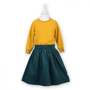 Kinder Sweatshirt in senfgelb kombiniert mit einem Cordrock in petrol