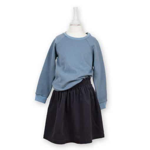 Bio Sweater für Kinder taubenblau kombiniert mit einem Cordrock in anthrazit