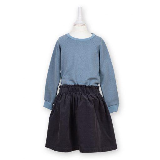 Bio Sweater für Kinder taubenblau kombiniert mit einem Rock in anthrazit