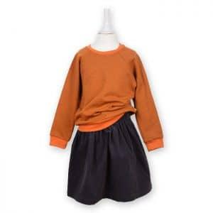 Bio Sweater für Kinder zimtorange kombiniert mit einem Cordrock