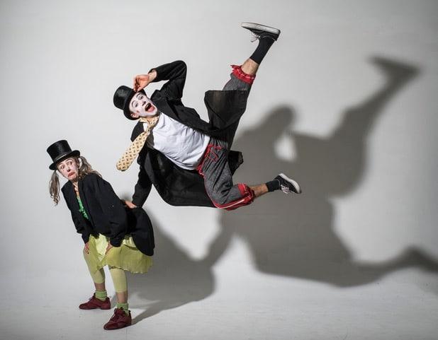 Spaß für die ganze Familie - Zwei Clowns Stehen Kopf