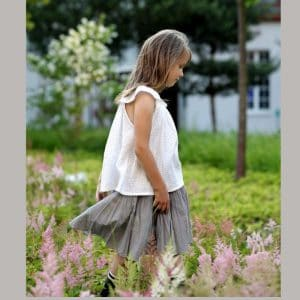 weiße Mädchenbluse aus Musselin grau gepunktet