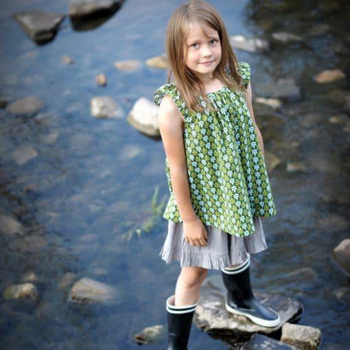 Mädchentunika mit Flügelärmeln grün mit floralem Muster