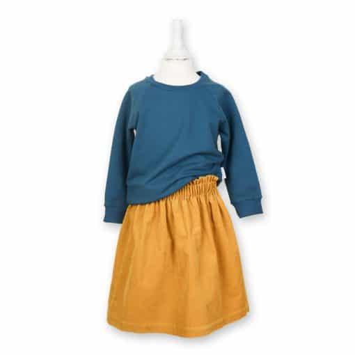Bio Sommersweater für Kinder in petrol kombiniert mit einem Rock in senfgelb