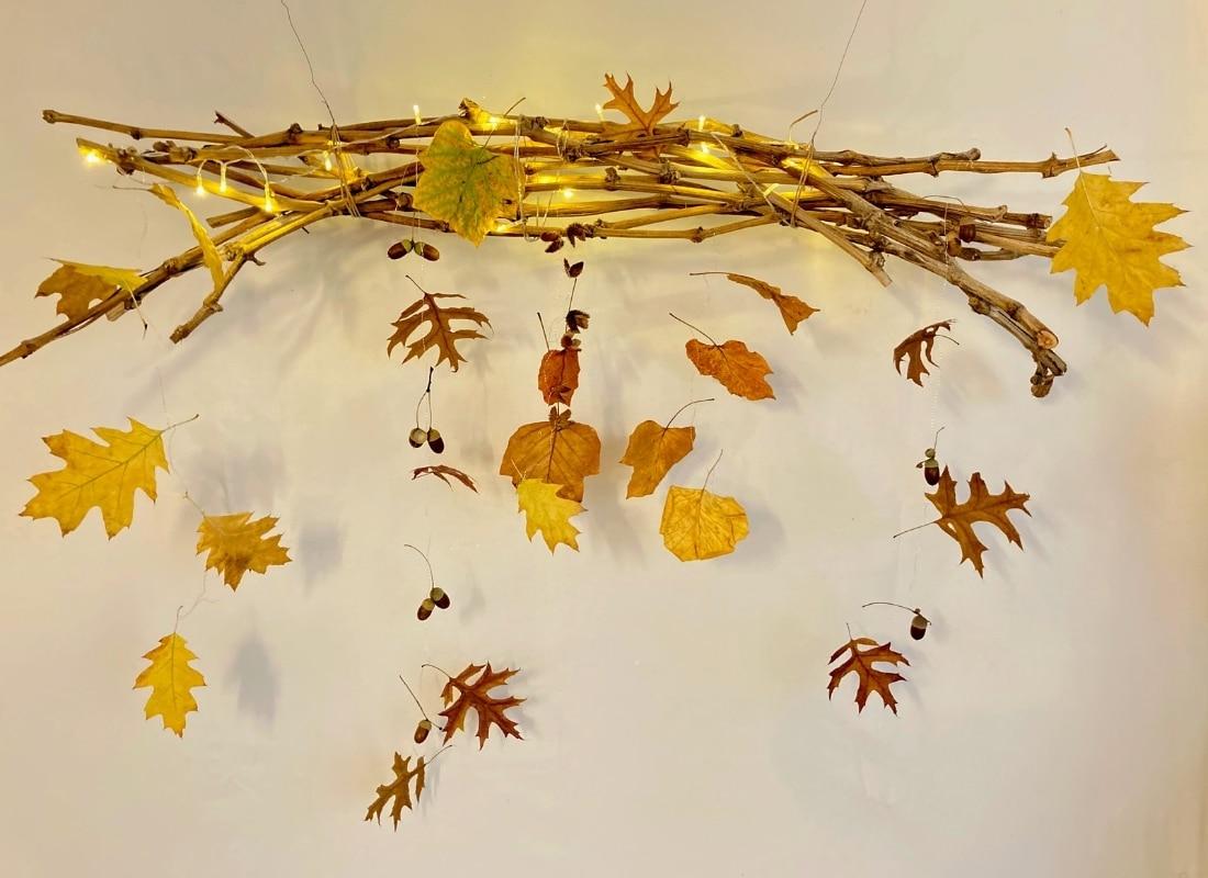 Basteln im Herbst: Fensterdeko aus Blätter und Eicheln