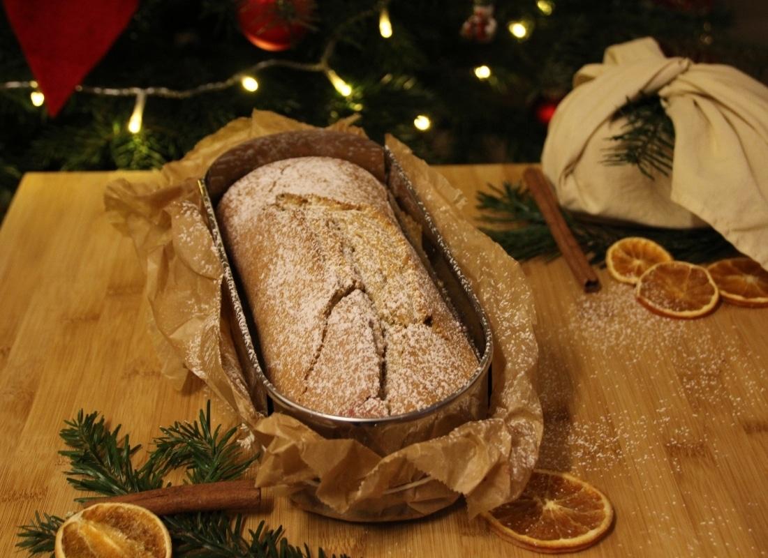 Kardamom-Zimtkuchen weihnachtlich dekoriert