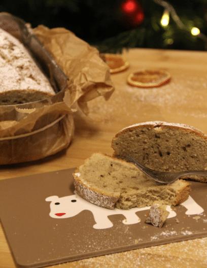 Kardamom-Zimtkuchen auf einem Fruehstueckbrettchen aus Birkenholz
