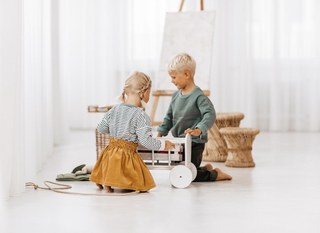 Fotoshooting Biokinderkleidung von kapelusch - Mädchen in einem Streifenpullover aus Biobaumwolle und Junge in einem Biosweater